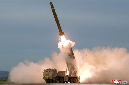日本のミサイル防衛の混乱をよそに、北朝鮮はミサイルの開発を進める(提供:KNS/KCNA/AFP/アフロ)