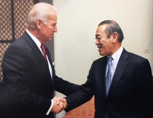 バイデン副大統領(左)と藤崎駐米大使(いずれも当時)(写真提供:藤崎一郎)