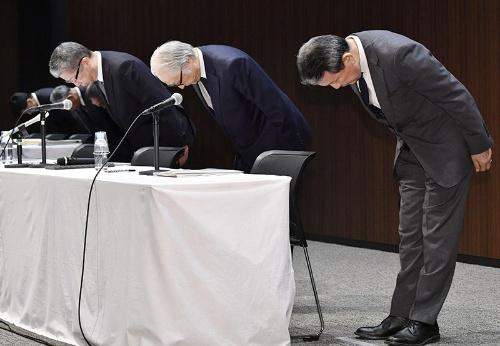 かんぽ生命による不適切と疑われる保険契約は全国で18万件を超えた(写真は記者会見で謝罪する日本郵政の経営陣、共同通信)