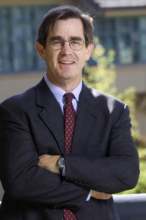 """<span class=""""fontBold"""">ヘンリー・チェスブロウ(Henry Chesbrough)</span><br> 米カリフォルニア大学バークレー校経営大学院教授(特任)<br> 1956年生まれ。米エール大学経済学部卒(最優等)、米スタンフォード大学経営学修士(MBA、最優等)、米カリフォルニア大学バークレー校で経営と公共政策の博士号(Ph.D.)取得。ベンチャー企業の役員やコンサルタントとしても活躍。2003年に著作で、境界のない社内外の知的な協働によりイノベーションを起こす必要性を説く「オープンイノベーション」の概念を発表し一世を風靡した。米ハーバード経営大学院助教授などを経て現職。ファカルティー・ディレクターとしてオープン・イノベーション・センターを率いる。"""