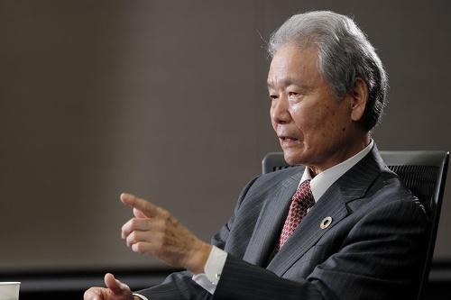 "<span class=""fontBold"">榊原 定征(さかきばら・さだゆき)</span><br>1967年に名古屋大学大学院修了、東洋レーヨン(現東レ)に入社。2002年に社長、10年に会長に就任。14年から4年間は経団連会長を務める。最近は日本企業のガバナンス改革に力を入れており、カルロス・ゴーン氏失脚後は日産自動車のガバナンス改善特別委員会の共同委員長に就任したほか、現在は関西電力会長として不祥事から立て直す陣頭指揮をとっている。愛知県出身。(写真:村田 和聡、以下同)"