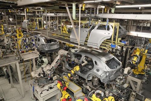 マツダは危機が連鎖する中で大規模な生産調整を迫られた(広島県府中町の本社工場)