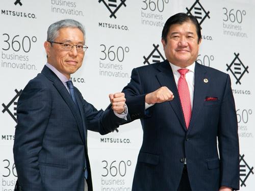三井物産の次期社長に就任する堀健一専務執行役員(左)と、会長に就任する安永竜夫社長(右)(写真:的野弘路)