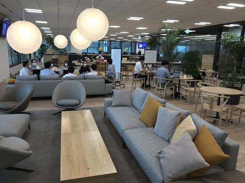 三井物産の新本社は、社員一人ひとりの決まった席はなく、ペーパーレスが進んでいる