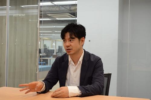 "<span class=""fontBold"">鷹取真一(たかとり・しんいち)氏</span><br>2008年、早稲田大学国際教養学部卒、三井住友銀行に入行。法人営業や金融機関との提携戦略を担当。13年米系戦略コンサルティングファームを経て、15年1月にKyashを創業し、Visaプリペイドカードと連動したスマートフォン決済サービスを展開。資金移動業の登録を完了し、9月7日に銀行口座からの入金サービスを始めたところだった。"
