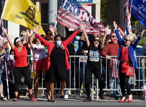 トランプ氏が入院したウォルター・リード軍医療センターに集まった支持者たち(写真:AFP/アフロ)