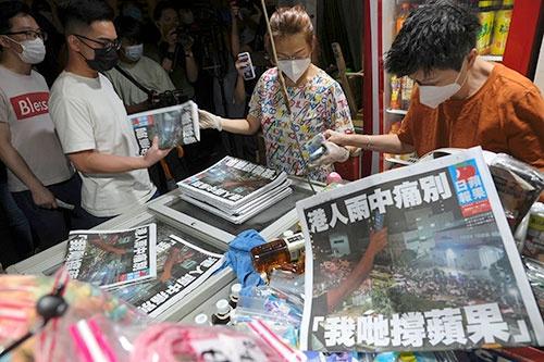 新聞スタンドで最後の蘋果日報(アップル・デイリー)を買い求める香港市民(AP/アフロ)