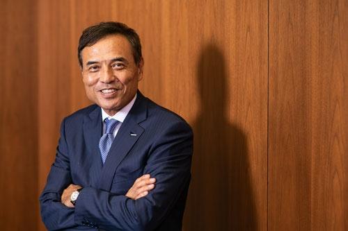 """<span class=""""fontBold"""">新浪 剛史(にいなみ・たけし)</span><br />1959年、神奈川県生まれ。81年に三菱商事に入社。91年、ハーバード大学経営大学院を修了し、MBA(経営学修士)を取得。2001年三菱商事コンシューマー事業本部ローソン事業ユニットマネージャー、02年ローソン社長CEO(最高経営責任者)。14年5月に会長に退き、10月にサントリーHDの創業家出身者以外で初となる5代目社長に就任。18年5月から日本経済団体連合会審議員会副議長、20年6月から経済同友会副代表幹事を務める(写真:北山 宏一)"""