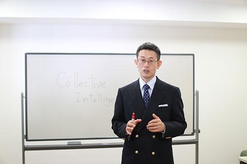 国際コミュニケーション・トレーニングの岩崎一郎代表取締役はピンチに陥った人の脳について、「戦うか、逃げるか」の二者択一となっており、その他の脳回路をシャットダウンしてしまっていると説明する