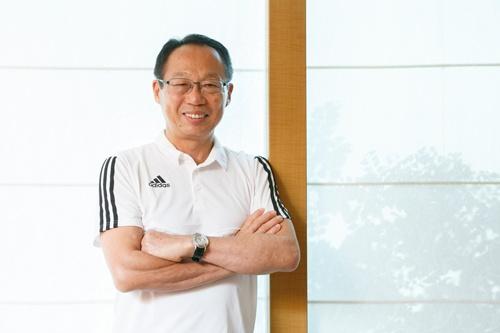 """<span class=""""fontBold"""">岡田武史(おかだ・たけし)</span><br> 1956年大阪府生まれ。80年、早稲田大学政治経済学部を卒業。古河電気工業サッカー部(現ジェフユナイテッド市原・千葉)に所属した。90年に現役引退。ジェフ市原コーチなどを経て、98年、2010年と2度のワールドカップで監督を務めた。14年、FC今治のオーナーに就任(写真:的野弘路)"""