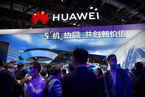 米商務省による中国ファーウェイに対する半導体輸出規制が9月15日に発効した。ファーウェイは半導体の在庫がなくなると最新のスマホを製造できない状況に追い込まれた(写真:AP/アフロ)