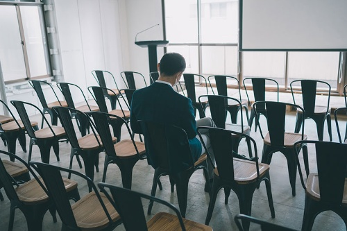 OJTといっても、教育係を割り当てるだけで人事部も進捗状況をチェックせず、放置され続けるパターンもあるという(写真:PIXTA)