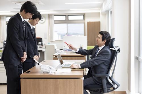 新入社員たちは、働いていればいつかぶつかる理不尽な壁を乗り越えていく必要がある(写真:PIXTA)