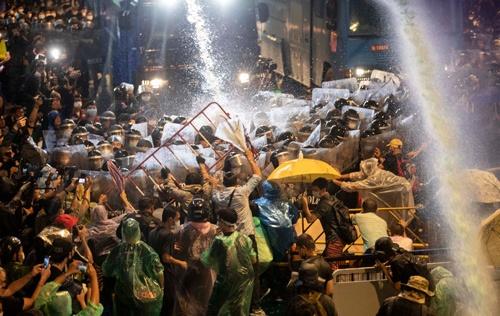 10月16日、機動隊がデモを強制排除した。この日を境に衝突が激化していく(写真:AP/アフロ)