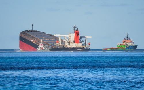 モーリシャス沖で座礁した長鋪汽船の「WAKASHIO」(写真:ロイター/アフロ)