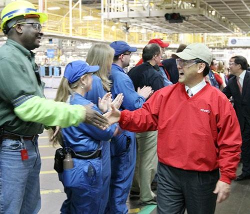 米公聴会での証言を終えて視察に訪れた米ケンタッキー工場で豊田章男社長は温かく迎えられた(2010年、写真:AP/アフロ)