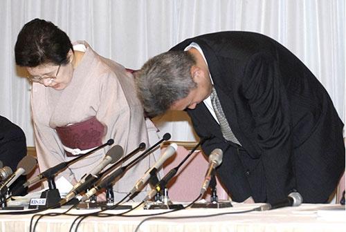 船場吉兆の湯木佐知子取締役と喜久郎取締役が会見(写真:共同通信)