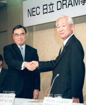DRAM事業での提携を99年6月に発表した日立製作所の庄山悦彦社長(右)とNECの西垣浩司社長。同年11月に共同出資会社の設立を決定した(写真:共同通信)