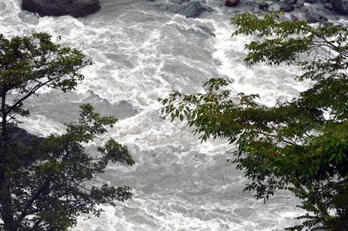 早川は何度も水害をもたらし、慶雲館も建物などがそのたびに流されるなどの被害を受けてきた(写真:栗原克己)