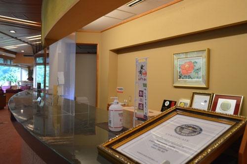 「世界最古の温泉宿」のギネス世界記録の認定書(手前、写真:栗原克己)