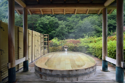 慶雲館は全室に加水、加温のない源泉掛け流しの温泉を設置(写真:栗原克己)