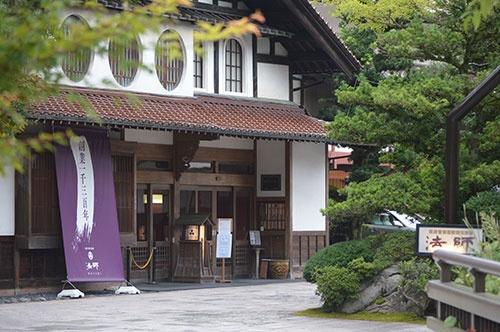 粟津温泉のルーツとなる旅館、法師は2018年に創業1300年を迎えた(写真=栗原克己)