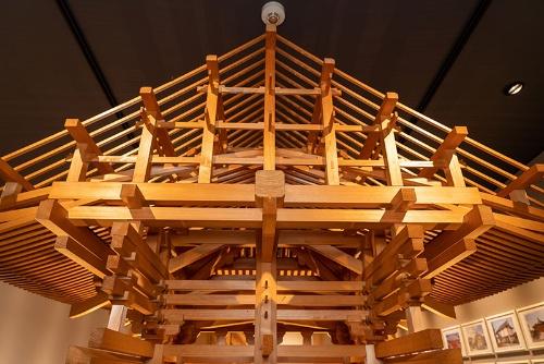大阪府堺市にある金剛組の関西加工センターの一角では建築方式などを分かりやすく展示する(写真=大亀京助)
