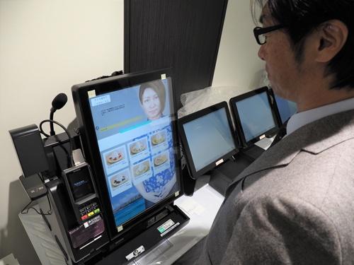 パンケーキ店を運営するエッグスンシングスジャパンはスタートアップ企業とともに、AIアバターが接客するレジの開発を進めている