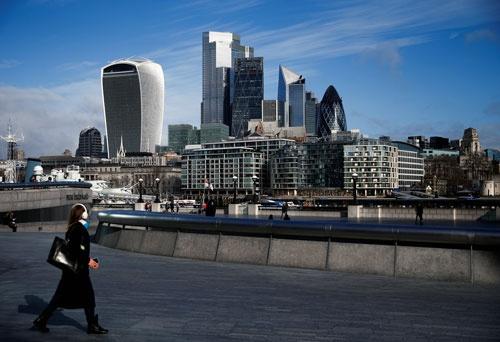 英ロンドンの金融街では、金融機関の従業員が徐々に出社を増やしつつある(写真:ロイター/アフロ)
