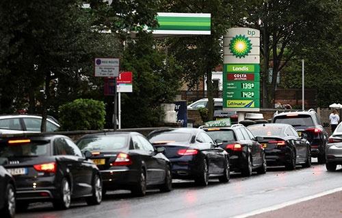 英国各地でガソリンを求め、渋滞が起きている(写真:ロイター/アフロ)