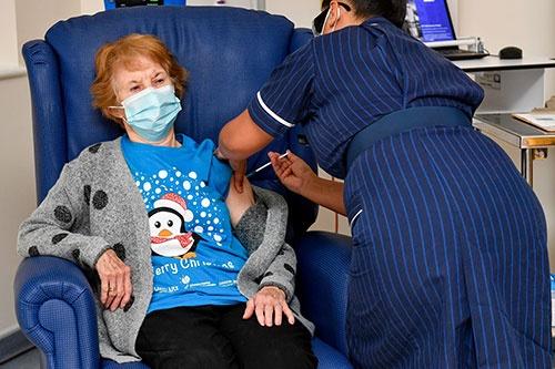 12月8日、英国で新型コロナウイルスのワクチン接種が始まった (写真:代表撮影/ロイター/アフロ)