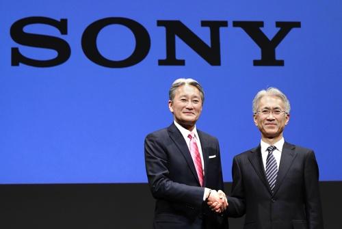 平井一夫前社長(左)や吉田憲一郎社長のもとで稼ぐ力を取り戻したソニー。人事でも構造改革を進めている(写真=共同通信)