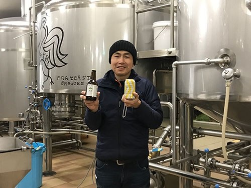 ビールを手にする山田社長