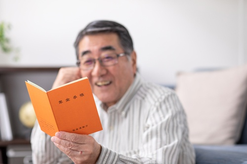 高齢者に対する年金や退職金の税優遇は必要?(写真:PIXTA)