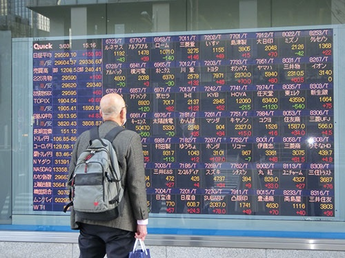 東京・八重洲の株価ボード前では足を止める人が多い