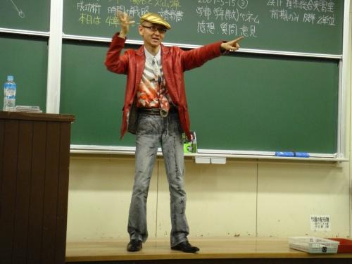 """<span class=""""fontBold"""">鎌田浩毅氏 プロフィル</span><br>1955年生まれ。東京大学理学部地学科卒業。通商産業省(現・経済産業省)を経て97年より京都大学大学院人間・環境学研究科教授。理学博士。専門は地球科学・火山学・科学コミュニケーション。京大の講義は毎年数百人を集める人気ぶりで教養科目1位の評価。「世界一受けたい授業」「情熱大陸」などに出演しテレビ・ラジオ・雑誌で科学を明快に解説する「科学の伝道師」。週刊エコノミストに「鎌田浩毅の役に立つ地学」を連載中。著書に『首都直下地震と南海トラフ』(MdN新書、2月4日発売予定)、『富士山噴火と南海トラフ』『地学ノススメ』(ブルーバックス)、『京大人気講義 生き抜くための地震学』(ちくま新書)、『地球の歴史(上)(中)(下)』『理科系の読書術』(中公新書)、『火山噴火』(岩波新書)、『日本の地下で何が起きているのか』(岩波科学ライブラリー)、『新版 一生モノの勉強法』『座右の古典』(ちくま文庫)など。 ホームページ:<a href=""""http://www.gaia.h.kyoto-u.ac.jp/~kamata/"""" target=""""_blank"""">http://www.gaia.h.kyoto-u.ac.jp/~kamata/</a>"""