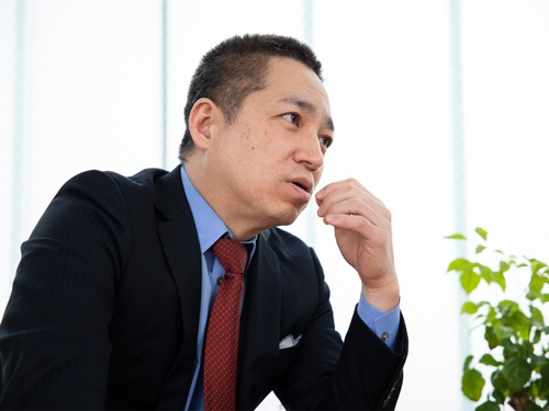 """<span class=""""fontBold"""">伊藤嘉明(いとう・よしあき)</span><br> 1969年タイ・バンコク生まれ。米サンダーバード国際経営大学院でMBAを取得し、日本コカ・コーラ、米デル、レノボグループ米国本社などで勤務。その後、アディダスジャパン上席執行役員バイスプレジデント兼営業統括本部長、ソニー・ピクチャーズエンタテインメント日本・北アジア代表を経て、2014年ハイアールアジアグループ総裁に就任。16年に経営コンサルティングの個人事務所を設立。17年から2年間はジャパンディスプレイの常務執行役員として経営に参画した。(写真:吉成大輔、以下同)"""