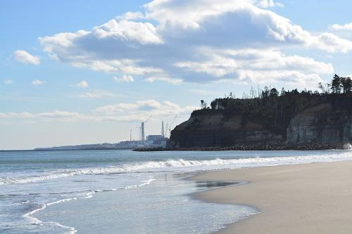 双葉町の海辺から南を望むと、廃炉作業中の福島第1原子力発電所が見える