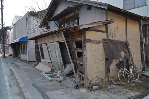 駅から歩いて5分のところにある、10年前で時計が止まっているかのように倒壊したままの家屋