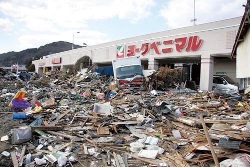 4メートル超の津波に襲われた湊鹿妻店では、屋上駐車場に住民を避難させて500人の命を守った(写真はヨークベニマル提供)