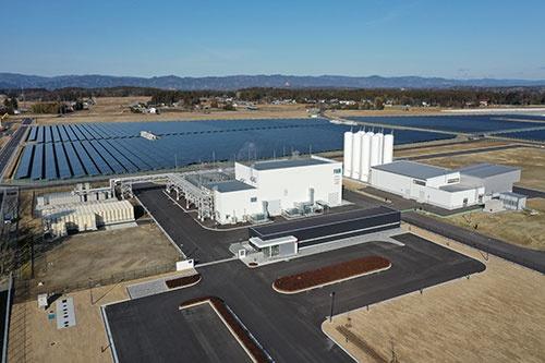 昨年3月に開所したNEDOの「福島水素エネルギー研究フィールド(FH2R)」は、太陽光による電力で水素を製造する世界最大級の施設