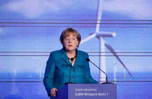 洋上風力発電所の式典で登壇したドイツのメルケル首相。ドイツは積極的に風力発電を導入している(写真:ロイター/アフロ)