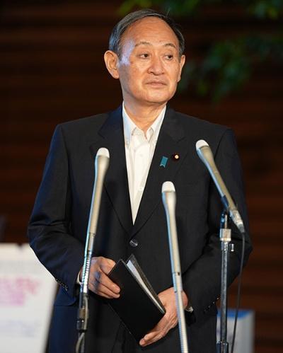 今のところ菅義偉首相には新型コロナウイルスの爆発的な感染拡大を抑える手立てがない。(写真:共同通信)