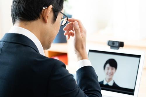 リモートワーク下だからこそ、人事面談は評価とフィードバックをセットにするなどの丁寧さが求められる(写真:写真はイメージ、PIXTA)