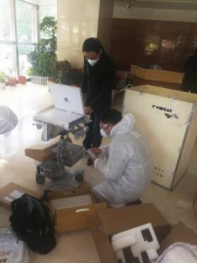 武漢大学人民医院で超音波診断装置の設置作業をするコニカミノルタ社員