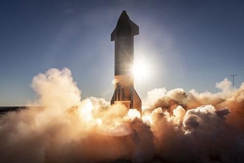 スペースXの「スターシップ」は完全再利用型宇宙船。月や火星行きを想定している(写真:SpaceX)