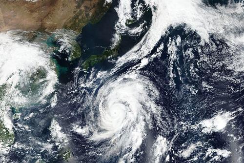 2019年大型で猛烈な台風19号が日本列島に接近した(写真:NASA Worldview, EOSDIS/AP/アフロ)