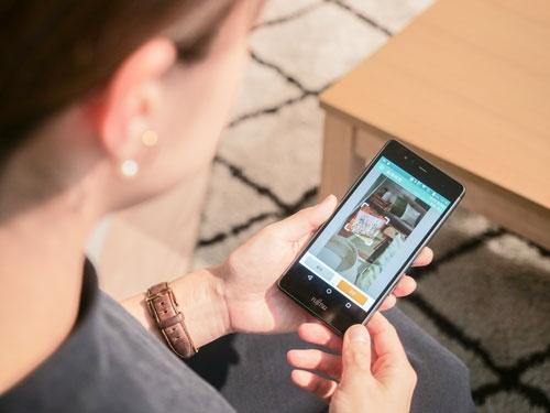 ニトリのアプリに搭載されている「カメラ de サーチ」。写真を撮影し、範囲を指定して検索する(写真:加藤 康)