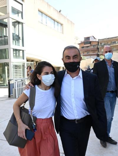 日産自動車のカルロス・ゴーン元会長(中央)は現在、逃亡先の母国レバノンで娘のマヤさん(左)ら家族と暮らす。コロナ禍で外出時はマスクを着用する(写真:Abaca/アフロ)