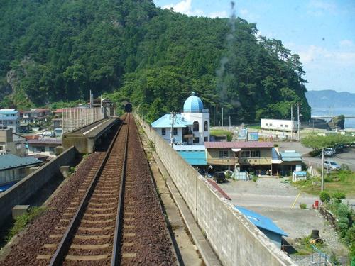 震災前の島越駅。2010年8月。後方にある山の形から、上の写真と同じ場所であることが分かる(提供:三陸鉄道)